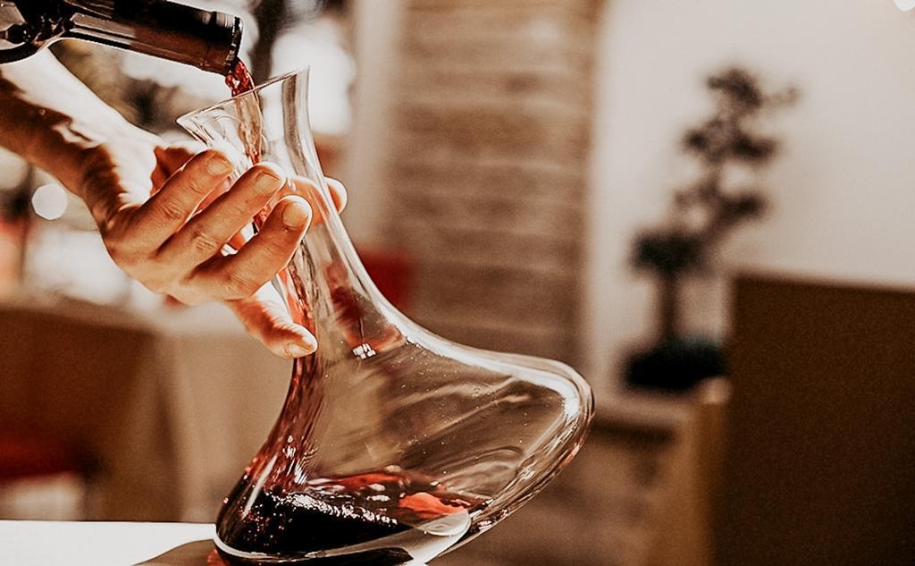 Să decantezi sau să nu decantezi vinul, aceasta-i întrebarea.